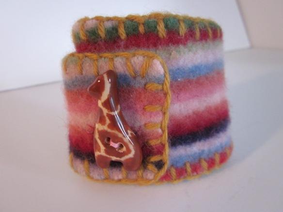 cuff, lambswool giraffe bead.1386
